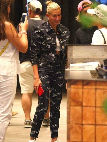 Hailey Baldwin con un total look de Versace