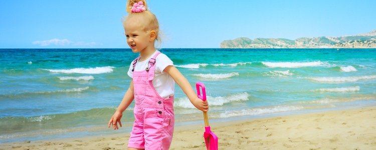 Para que los niños pasen un día agradable meter en la bolsa de playa algún juguete