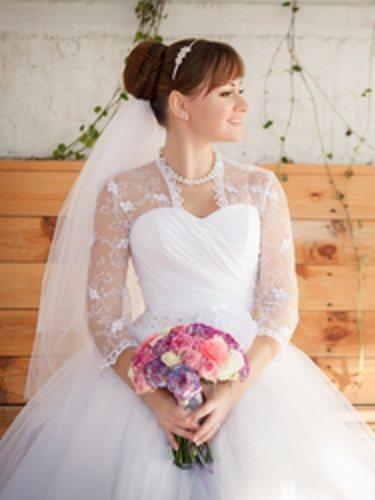 Para un look perfecto es necesaria una buena combinación entre vestido, joyas y peinado