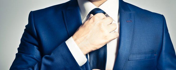 La corbata hace el look más elegante que la pajarita