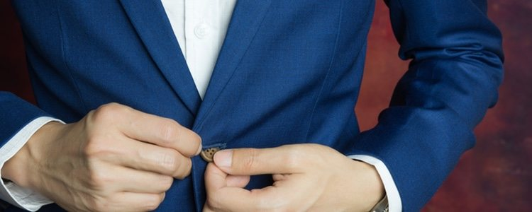Siempre se lleva un botón desabrochado de la chaqueta