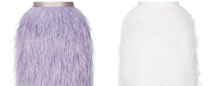 Las prendas con plumas se combinan con prendas lisas