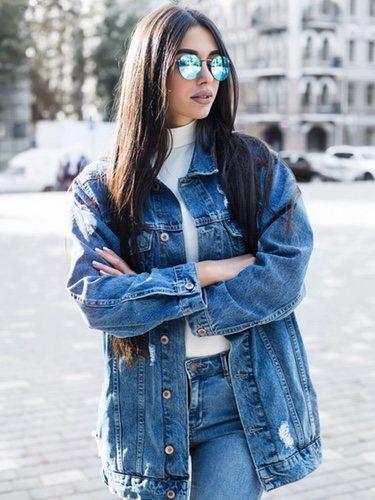 Las cazadoras denim tienen una gran variedad de combinaciones desde jeans hasta faldas de cuero