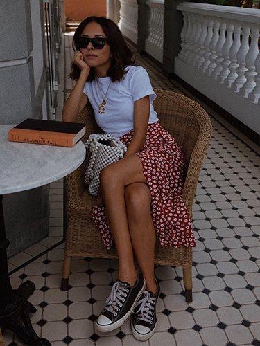 La instagramer Débora Rosa con falda asimétrica