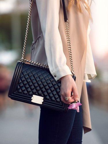 El bolso acolchado lo puedes encontrar en diferentes versiones, pero es un accesorio indispensable en un fondo de armario