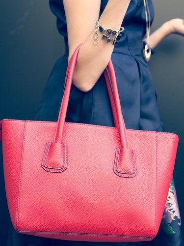 Un bolso shopper es una apuesta segura, pues sus opciones para combinarlo son muy variadas