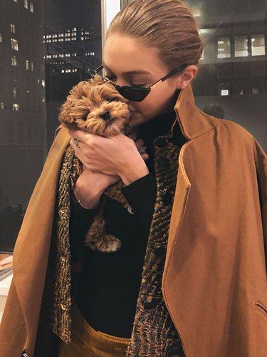 Gigi Hadid con la tendencia de layering con dos abrigos