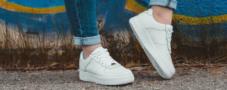 Las zapatillas blancas son un fondo de armario ideal para combinar con muchos looks