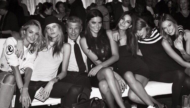 Ed Razek con algunas de las modelos y Taylor Swift | Foto: Instagram