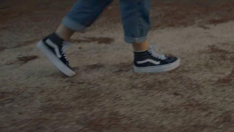 Aitana con las Vans en el videoclip