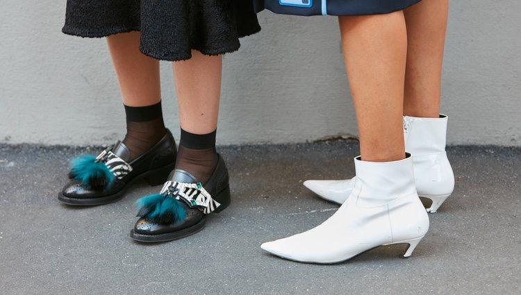 Las botas blancas no son una prenda discreta pero arreglan el look
