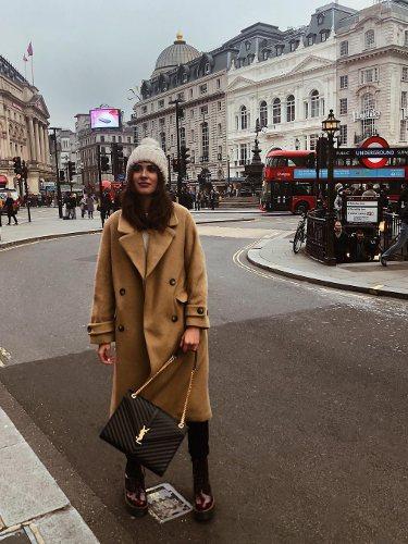 Mery Turiel con un abrigo de paño en color marrón