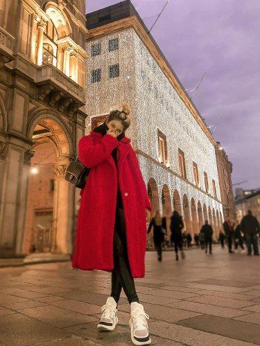 Anita Matamoros viste un abrigo rojo largo