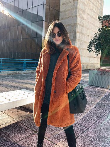 Rocio Osorno con un abrigo estilo Teddy amarronado
