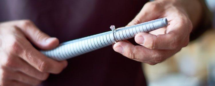 La talla se calcula a través del diámetro de tu dedo, es decir, alrededor del mismo