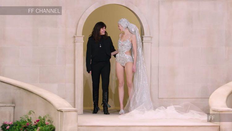 Virginie Ward saludando con la novia Alta Costura | Foto: Youtube