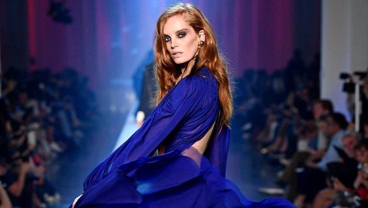 El azul potencia, todavía más, el color de tu pelo (y esto es algo positivo)
