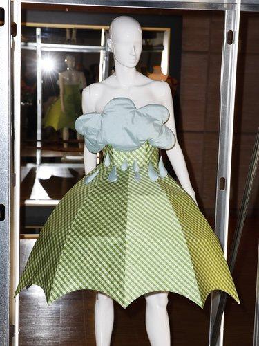 Vestido de Agatha Ruiz de la Prada con forma de paraguas y nube en la exposición 'El poder de la imagen' en honor a su trayectoria en elMuseo del Traje