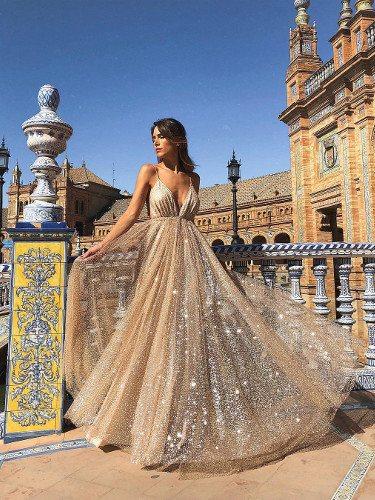 La influencer con el modelo de vestido Ágata posando en Sevilla   Foto: Instagram
