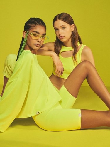 Línea de prendas en color amarillo neón de la colección Pantone de Bershka