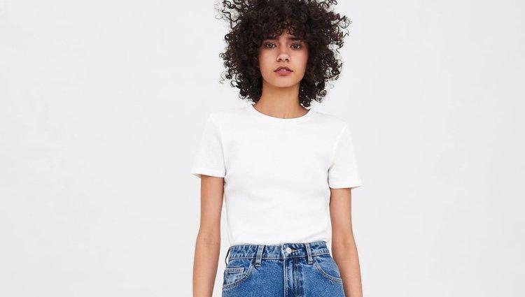 Look básico de camiseta blanca con mom jeans