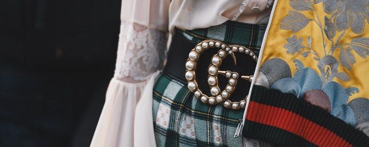 La doble G característica de Gucci adornada con perlas en un cinturón