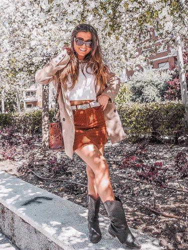 La influencer Anita Poti luciendo un falda corta y unas botas cowboy  |Foto: Instagram