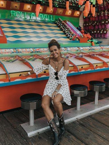 La influencer Sara Escudero con un vestido de topos negros combinado con nas botas cowboy |Foto: Instagram