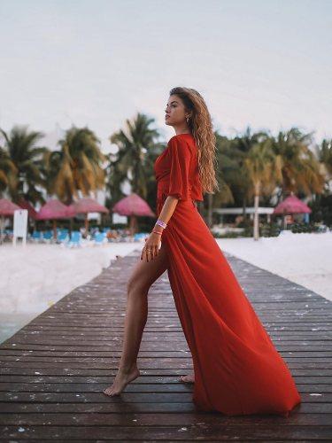 La influencer Rocío Camacho con un vestido rojo largo | Foto: Instagram