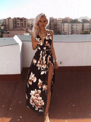 La influencer Elena Bueno Segura con un vestido largo con estampado floral