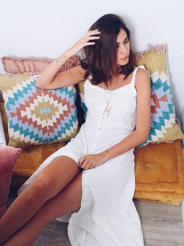 Mery Turiel con un vestido midi en color blanco de tirante fino