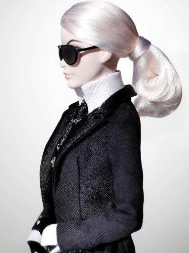 Barbie caracterizada como el diseñador Karl Lagerfeld