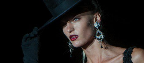 Sombrero de copa y guantes negros en la colección de Roberto Verino