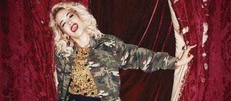 Rita Ora con camisa militar