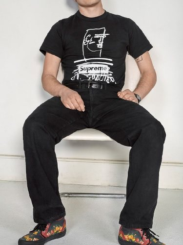 Conjunto negro con diseño en la camiseta y sneakers estampadas de la colab