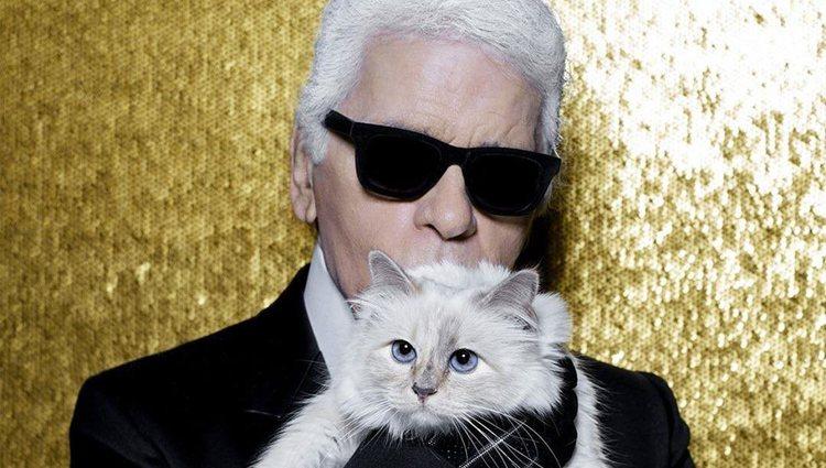 Karl Lagerfeld con su gata Choupette