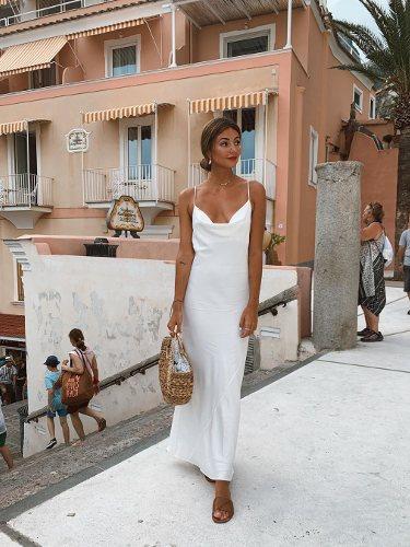 Aretha la Galleta con un diseño blanco de satén ajustado   Foto: Instagram