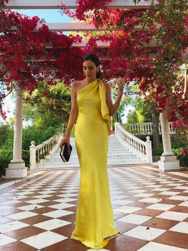 Rocio Osorno con un vestido amarillo asimétrico satinado   Foto: Instagram