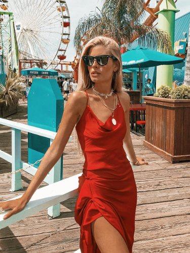 Teresa González con un vestido satinado con abertura en color rojo   Foto: Instagram