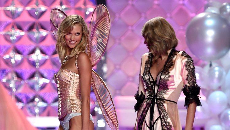 Karlie Kloss y Taylor Swift en el desfile de 2015