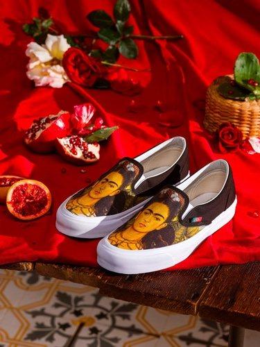 Vas rinde homenaje a Frida Kahlo en una colección de zapatillas con mucho arte