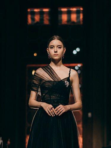 Modelo en el desfile de Dior en Venecia con piezas de la colección Gem Dior