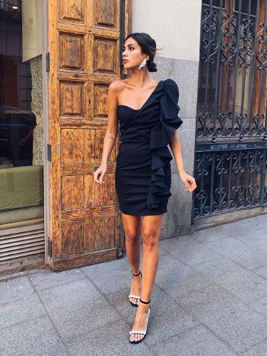 Mery Turiel luciendo un vestido negro asimétrico con volúmenes de Imperial Fashion