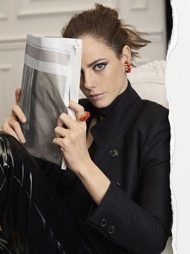 La actriz Kaya Scoderario con joyas Clash en acabado coral