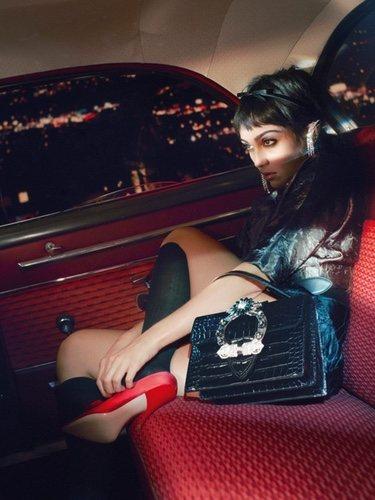 Mis Miu se eleva a la meca con diseños muy femeninos en el transporte público