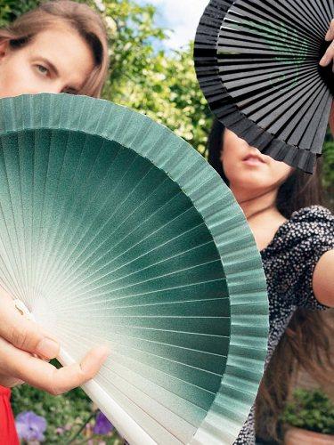 Las creativas de Fern Fans con dos modelos de abanicos de la colaboración