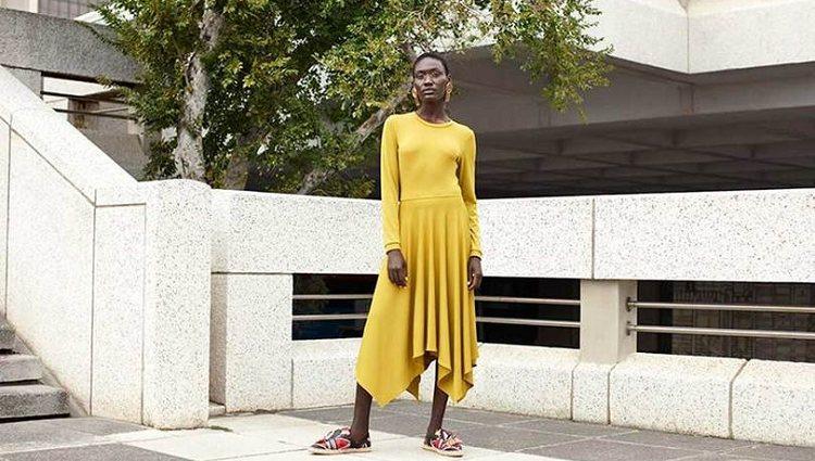 Modelo largo amarillo de la colaboración de Mantsho para H&M