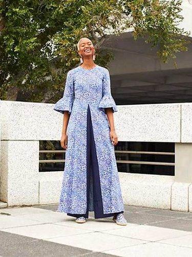 Conjunto azul combinando anchuras y superposición de prenda