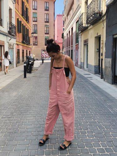Andrea Rueda con un mono oversize en rosa pastel
