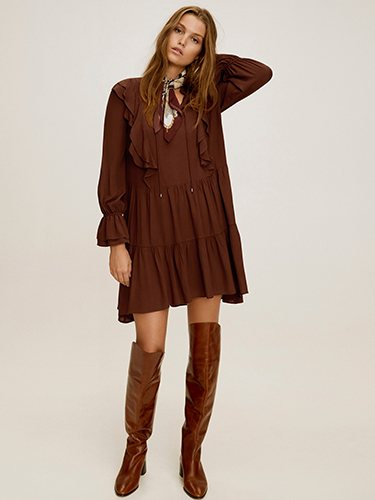 Botas altas en cuero y vestido marrón de la colección AW19 de Mango